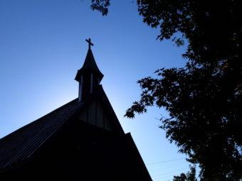 よく晴れた日のいいやま復活教会(撮影|関善夫)