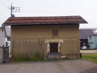いいやま広小路広場(教会西)に建つ土蔵